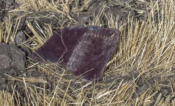 Cuốn hộ chiếu của một nạn nhân bay bị sót lại sau tai nạn thảm khốc.