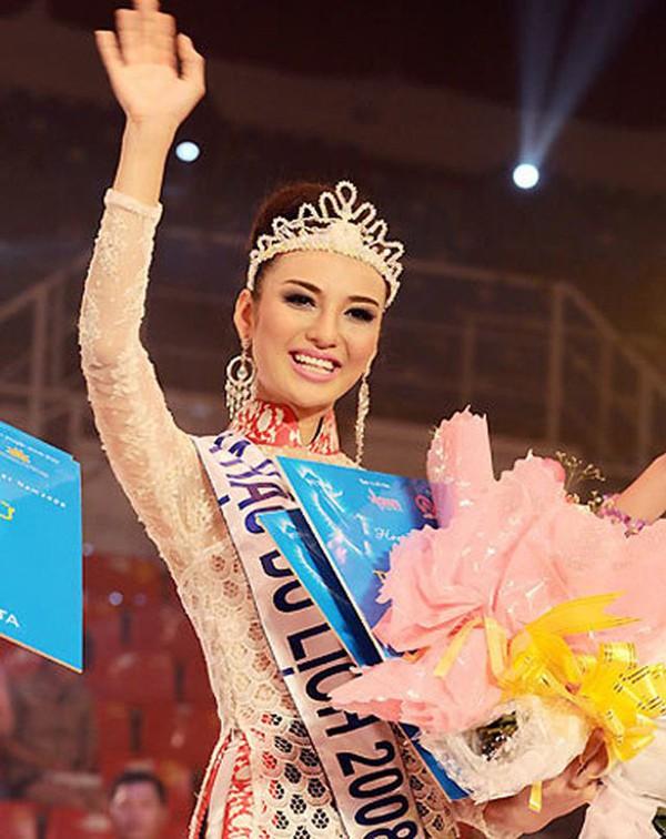 Phan Thi Ngọc Diễm đăng quang Hoa hậu Du lịch Việt Nam 2008 khi còn đang là sinh viên năm 2 trường ĐH Ngoại thương.