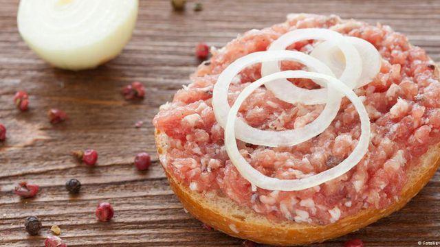 Món bánh humburger làm hoàn toàn từ thịt lợn tươi sống không qua đun nấu của người Đức