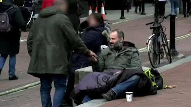 Người qua đường cho ông Ed khoảng 100 - 200 bảng Anh mỗi ngày.