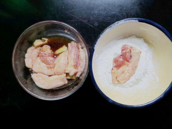 Đun nóng dầu ăn trong chảo rồi cho thịt đã lăn bột vào chiên chín vàng đều là được.