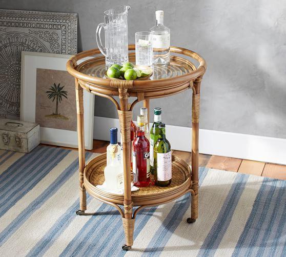 Ghế mây giúp bạn thoải mái, vui vẻ nhất trong quầy bar nhỏ gọn và di động được thiết lập trên Kali Bar Cart (Ảnh: Pottery Barn).