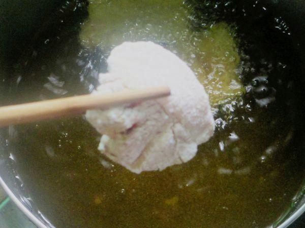 Thịt chín thì gắp ra đĩa có lót giấy thấm dầu.