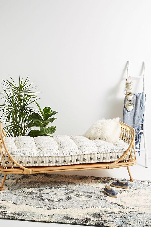 Pari Rattan Daybed thoải mái tạo ra một khu vực ấm cúng - nhưng vẫn thoáng mát - trong phòng ngủ này (Ảnh: Anthropologie).