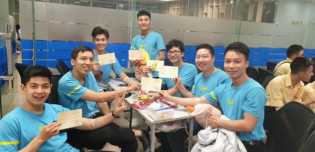 """Biệt đội áo xanh"""" cùng nhau khoe thành tích là những tấm thẻ hiến máu đầy ý nghĩa"""