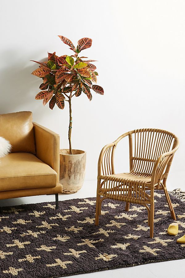 Nếu bạn đang tìm cách thêm chỗ ngồi với những chất liệu nhẹ nhàng thì ghế mây là lựa chọn hoàn hảo (Ảnh: Anthropologie).