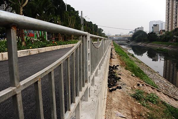Lan can bảo vệ chạy dọc sát mép sông Tô Lịch với chiều cao 90 cm.