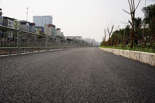 Mặt đường rộng 4 mét đủ cho người đi bộ và xe đạp hoàn toàn cảm thấy thoải mái.