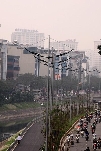 Hệ thống đèn được lắp mới có thể chiếu sáng ở cả phần đường xe cơ giới và đường dành cho người đi bộ , xe đạp.