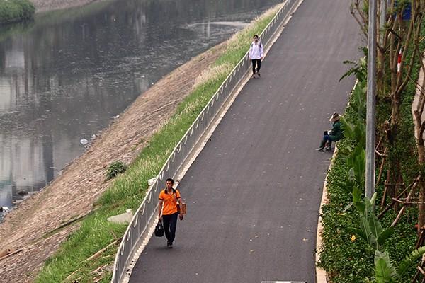 Tuy nhiên, theo nhận xét của nhiều người dân, nếu thành phố Hà Nội giải quyết được tình trạng ô nhiễm của sông Tô Lịch thì con đường mới này mới thực sự có được một không gian lý tưởng.