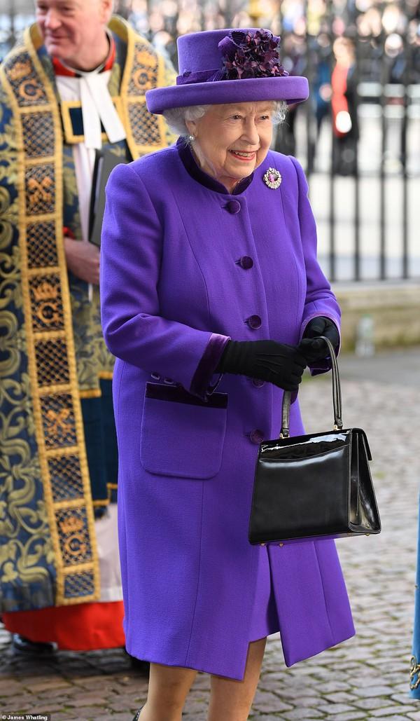 Nữ hoàng Anh vẫn vô cùng sang trọng và khỏe mạnh trong bộ đầm màu tím.