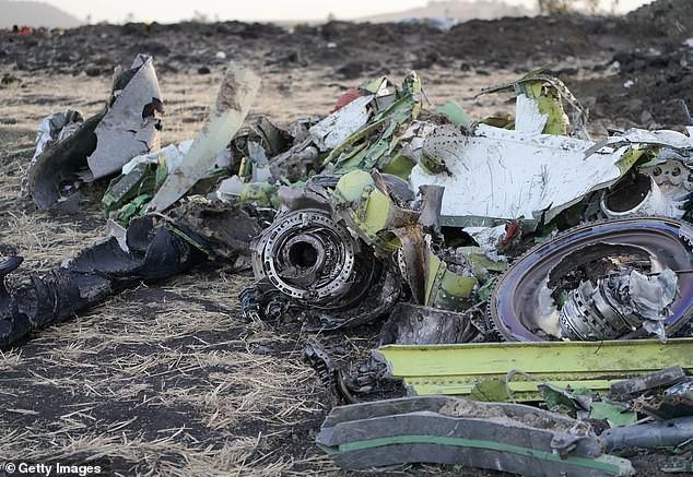 Động cơ máy bay Boeing 737 MAX 8 bị phá tan tành sau khi gặp nạn.
