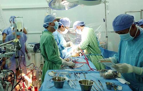 Bác sĩ bệnh viện Khánh Hòa phẫu thuật cho bệnh nhân hôm 10/3. Ảnh: Huỳnh Như