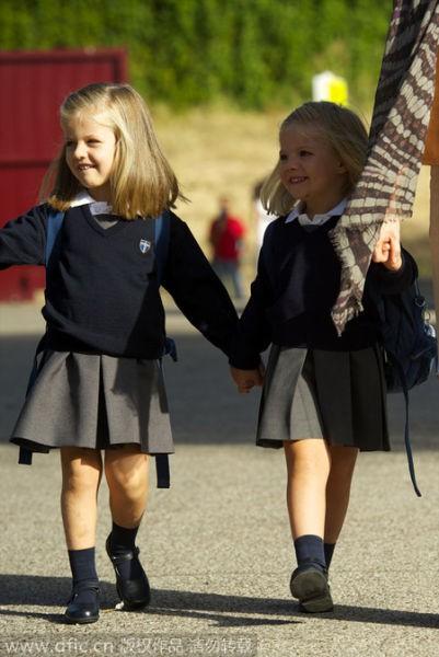 Leonor và em gái Sofia dắt tay nhau đi học.