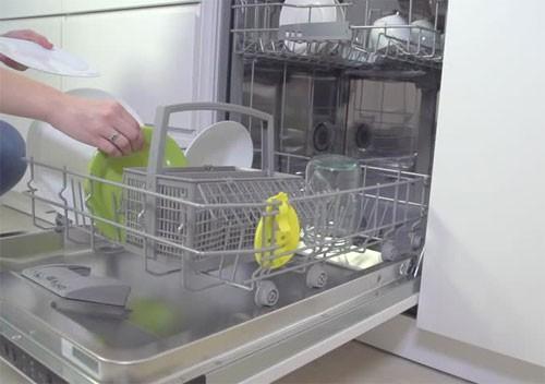 Máy rửa bát làm ấm nước tốt hơn khi rửa bát bằng tay sử dụng bình nước nóng.