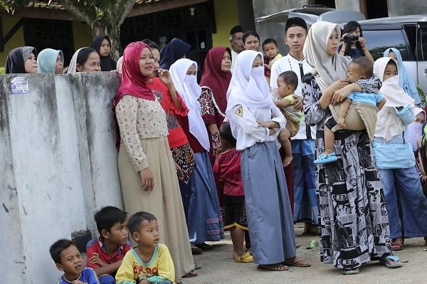 Dân làng tập trung để chào đón Siti Aisyah trở về. (Ảnh: AP)