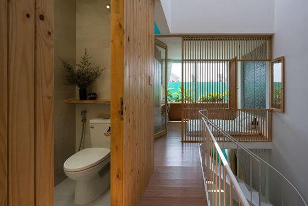 Các phòng vệ sinh được giấu trong các phòng gỗ để đảm bảo tính thẩm mỹ của không gian chung.