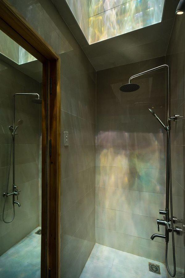 Một phòng tắm khác với cửa trần bằng kính đầy sắc màu.