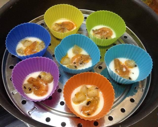 Hấp khoảng 7 - 8 phút thì bánh chín trong, bạn cho bánh ra thau nước sôi để nguội (nhớ chuẩn bị sẵn) ngâm bánh khoảng 5 phút vớt ra vẩy cho ráo nước (với cách ngâm này bánh sẽ dẻo dai và săn).