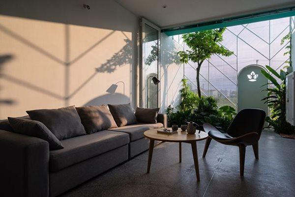 Mặt tiền với thiết kế độc đáo, giúp ánh sáng ngập tràn và gió thổi nhẹ khắp nơi trong ngôi nhà.