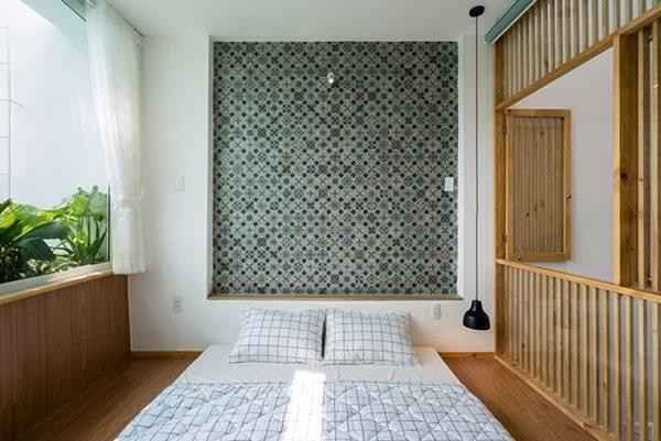 Hai phòng ngủ trong ngôi nhà được thiết kế đơn giản, thoáng đãng và vườn cây là điểm nhấn ấn tượng trong căn phòng.