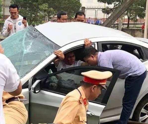 Các nạn nhân bị mắc kẹt trong ô tô được người dân và cơ quan chức năng đưa ra ngoài