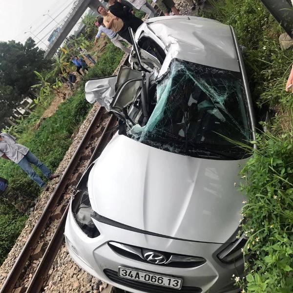 Chiếc xe ô tô của các nạn nhân bị bẹp rúm một bên và hư hỏng nặng
