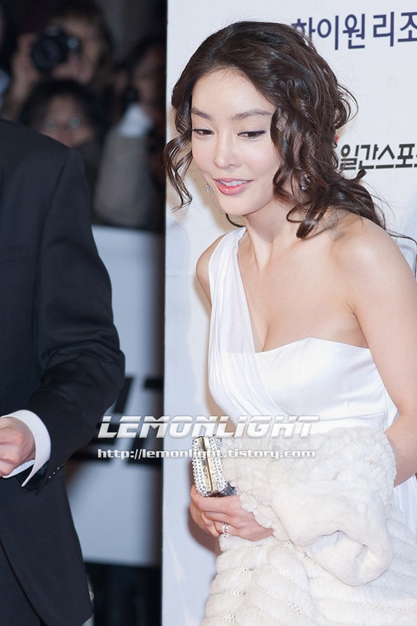 Cô tiến thân vào làng giải trí Hàn nhờ nhan sắc xinh đẹp cùng tài năng diễn xuất được đào tạo bài bản.