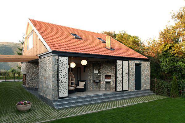 Căn nhà này nằm trong một ngôi làng nhỏ ở Smilovci, Serbia.