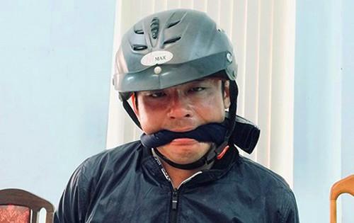 Nam chưa tỉnh táo nên cảnh sát phải giữ cho anh ta không cắn lưỡi tự tử. Ảnh: Công an cung cấp.