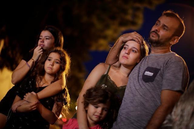 Người thân, bạn bè và học sinh trường Raul Brasil phản ứng trước vụ việc xả súng giết chết 5 học sinh của trường. Ảnh: Reuters.