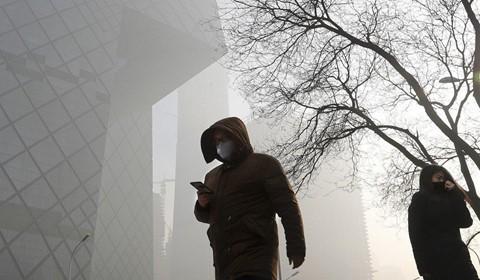 Chất lượng không khí kém là một trong những nguyên nhân khiến người Trung Quốc muốn ra nước ngoài sinh sống. Ảnh: AP.