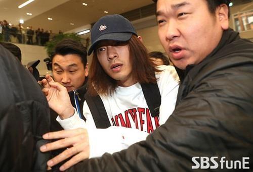 Dù có vệ sĩ ở bên, Jung Joon Young vẫn bị đánh, xô đẩy, thậm chí bị giật tóc sau đó.