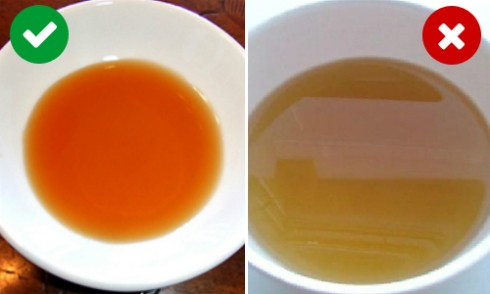 Màu cánh gián của mắm truyền thống (trái) và màu vàng của mắm công nghiệp (phải).