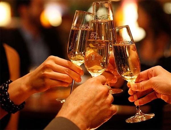 Uống rượu bia có thể gây hại cho gan và thận: Đặc biệt các loại rượu tự nấu có chứa nhiều độc tố như: acid acetic, aldehyd, methanol có thể gây ra ngộ độc. Bệnh nhân bị ngộ độc rượu có thể bị vô niệu do hoại tử ống thận cấp và cuối cùng là suy thận. Ảnh minh hoạ: Internet