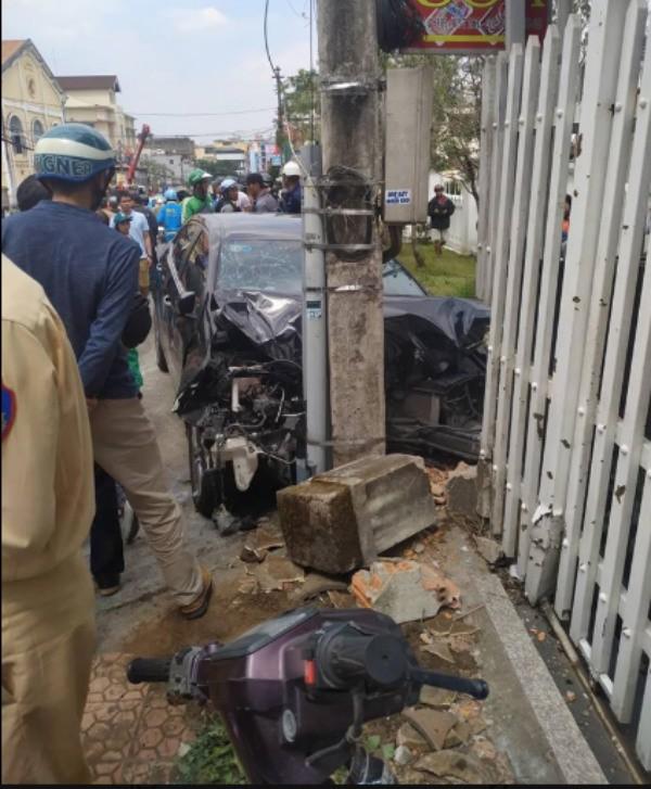 Xe ô tô tông liên hoàn và chỉ dừng lại khi tông vào trụ điện bên đường