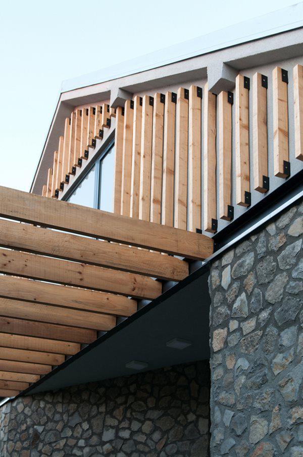 Tầng áp mái sử dụng hệ thống lam gỗ thông thoáng, kết hợp mái ngói đỏ au, vừa bình dị mà vẫn rất hiện đại và sang trọng.