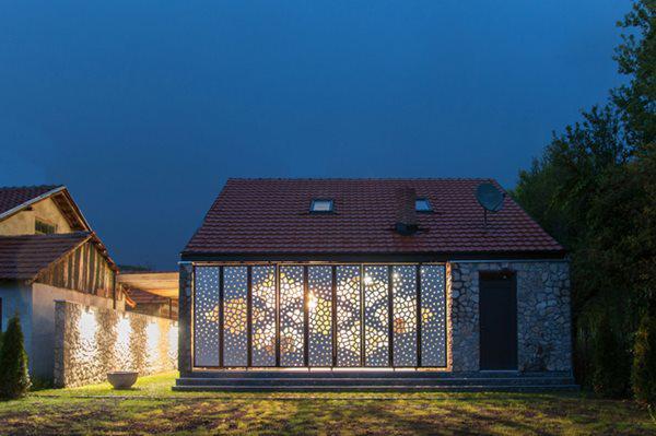 Khi màn đêm buông xuống, ánh đèn từ trong nhà hắt qua các lỗ nhỏ, khiến ngôi nhà lộng lẫy, lung linh như một chiếc đèn lồng.