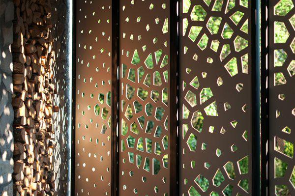 Từ trong nhà, nhìn qua các lỗ hổng sẽ thấy được vườn tược xanh mướt