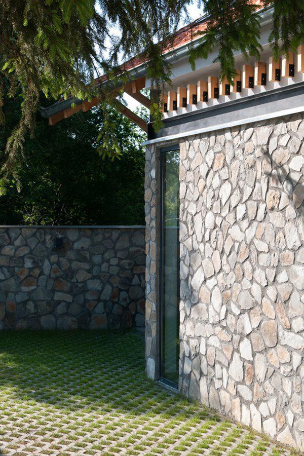 Hông nhà có một phần mái gỗ che nắng