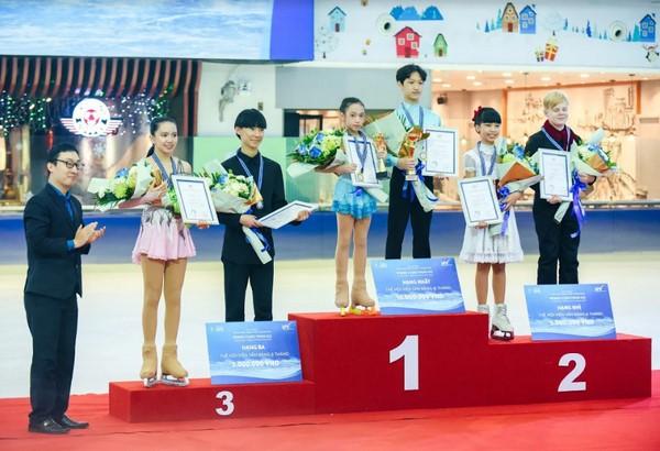 Quang Minh và Linh Chi (ở giữa) đạt HVC nội dung Đôi Nam Nữ tại Giải Vô địch trượt băng nghệ thuật Vincom 2018