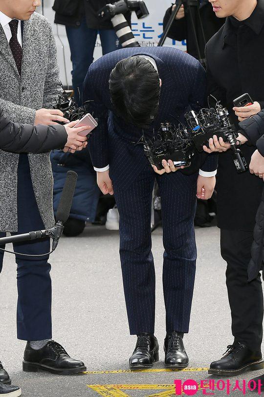 Seungri ngay lập tức cúi gập người 90 độ để xin lỗi công chúng