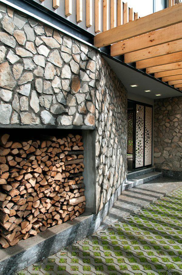 Phần mở rộng của tầng 1 được bao quanh bằng các bức tường đá thô khá lạ mắt.
