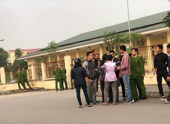 Người nhà anh Tuấn đến nhà xác bệnh viện yêu cầu cơ quan chức năng làm rõ cái chết anh Tuấn.