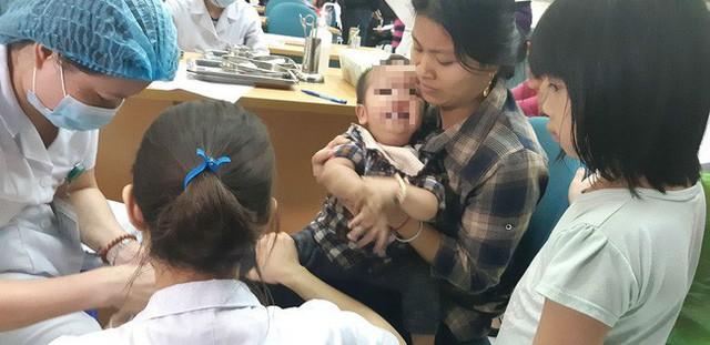 Hàng trăm trẻ em đang được thực hiện xét nghiệm sán lợn. Ảnh: Minh Ngọc