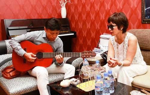 Danh ca Tuấn Ngọc còn chơi ghi-ta rất hay nhưng ít khi biểu diễn mà chỉ thỉnh thoảng đệm cho em gái- danh ca Khánh Hà hát
