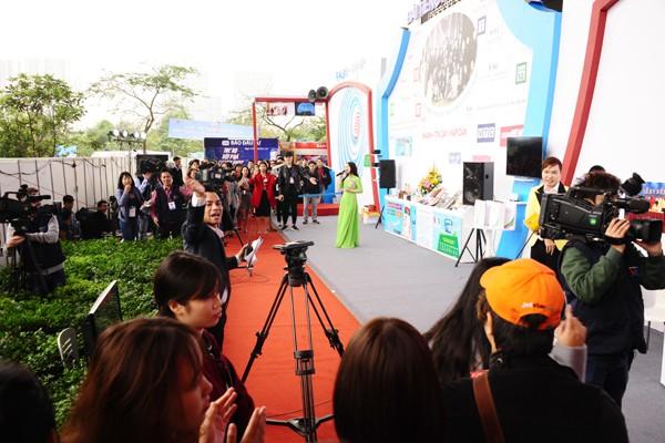 Biểu diễn ca nhạc ngay tại gian trưng bày của Đài tiếng nói Việt Nam.