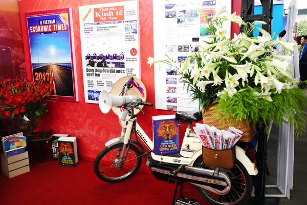 Gian trưng bày của Thời báo Kinh tế Việt Nam cực kỳ độc đáo với chiếc xe bán báo cổ.