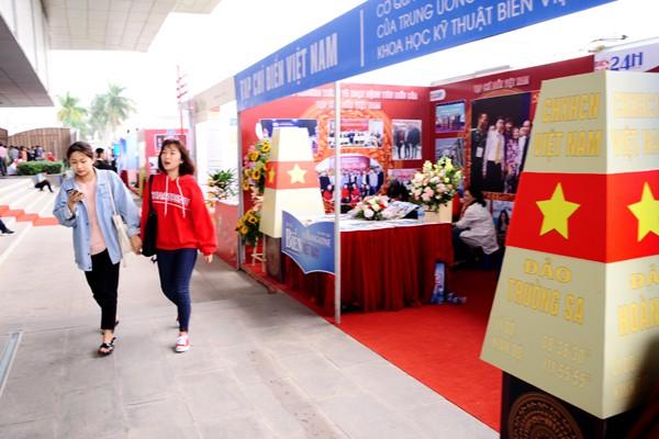 Tạp chí Biển Việt Nam với 2 biểu tượng cột mốc trên quần đảo Trường Sa, Hoàng Sa.