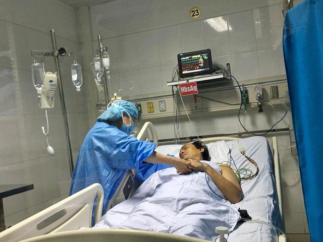 Bệnh nhân 49 tuổi được nhận một phần lớn gan từ nam thanh niên 30 tuổi chết não ,hiến tặng.